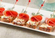 Easily canapés for party- buffet or cold beer! Party Treats, Party Snacks, Vegan Teas, Party Buffet, Party Food And Drinks, Wine Parties, Desert Recipes, Finger Foods, Food Art
