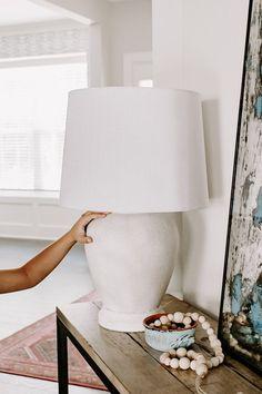Spray Paint Lamps, Painting Lamps, Painting Lamp Shades, Spray Painting, Lamp Redo, Lamp Makeover, Redo Lamp Shades, Farmhouse Lamps, Farmhouse Pottery