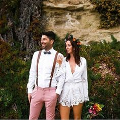 Linda inspiração de casamento íntimo, na Praia. Que desconstrução bonita fez esta noiva que optou por macaquinho em vez de vestido.  Foto: @priscillafrey  #fotografiadecasamento #weddingphoto #noivos #casamentoreal #realwedding  #noiva #bride #novia #noivo #groom #novio #casarnapraia #casamento #wedding #matrimonio #bodas #vestidodenoiva #bridedress #bouquet #buquê #boho #bohemian #beachwedding #casamentoaoarlivre #fotografiadecasamento