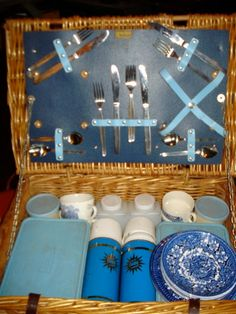 Vintage Brexton Picnic Basket Set with blueware