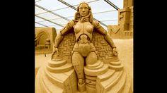 """Werden Roboter eines Tages die Arbeit der Menschen komplett übernehmen? Und wenn ja, was für Folgen hat das für uns? Diese Frage thematisierte Regisseur Fritz Lang bereits 1926 in dem legendären Film """"Metropolis"""". Der Filmtitel spielt an auf die futuristische Großstadt, die als Kulisse der Handlung dient. Ebenfalls eine imposante """"Stadt"""": das Sandfest auf Rügen. Mit einer Fläche von 5.600 Quadratmetern stellt es die größte Indoor-Sandskulpturen–Schau der Welt dar."""