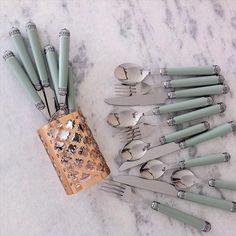Meu faqueiro novoooo! ❤️❤️❤️❤️amoooo verde celadon e esses cabos trabalhados! O copo de cobre, lindooo (à parte) vai pro banheiro mas tb quero pra colocar meus pinceis de make e outro pro escritório! Faqueiro R$ 149,90 com 24 (tem em várias cores) e copo R$ 39,90. Tudo da @camicado (pirei ontem com a coleção nova na loja) #tableware #faqueiro #celadon
