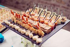 Le vin d'honneur et le repas sont des étapes traditionnelles incontournables dans un mariage. Savez-vous cependant comment les rendre uniques pour que vos convives se régalent et s'en souviennent longtemps après ?