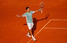 Novak Djokovic a contrôlé les offensives de Tommy Haas pour rejoindre les demi-finales.
