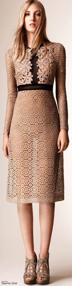 Burberry Prorsum Resort 2016 women fashion outfit clothing stylish apparel closet ideas Lined skirt, yes! Look Fashion, Runway Fashion, High Fashion, Fashion Show, Fashion Outfits, Womens Fashion, Fashion Design, Stylish Outfits, Cool Outfits