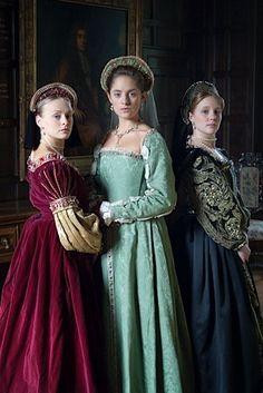 16~17世紀テューダー朝貴族女性。 FrenchHood(フレンチフード)=女性の髪飾り。16世紀西ヨーロッパで人気。テューダー朝。 フレンチフードは丸みを帯びた形状が特徴であるフード。髪形の上に着用され、背面に黒いベールが取り付けらている。着用時オデコは常時見えていた。 ヘンリー8世の2番目の妻であるアン・ブーリンがフランスから持ち帰り、イギリスに導入された(アンは新興富裕階級の純粋なイングランド人だが、フランスで教育を受けフランス宮廷に仕えていた)。 アンの死後、フレンチフードは後妻ジェーン・シーモアによって拒否・廃止されGableHoodへと変遷を遂げたが、ジェーンの死後、再びフレンチフードに戻った。 Tudor (1485-1603) | Richard Jenkins Photography