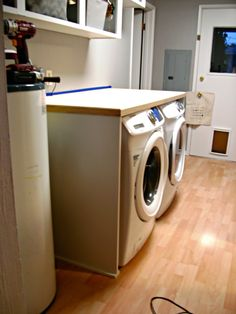 Laundry Room Redo - DIY Laundry Folding Table How to build a laundry folding table to fit over a front load washer and dryer Folding Table Diy, Laundry Room Folding Table, Laundry Room Tables, Folding Laundry, Diy Table, Laundry Shelves, Everyday Hacks, Front Load Washer, Washer And Dryer