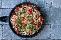 Linguine pasta with king prawns, chili, tomatoes and parsley // Linguine med chili, kongerejer og persille - anna-mad. Pasta With King Prawns, Linguine, Frisk, Paella, Mozzarella, Italian Recipes, Pesto, A Food, Tapas