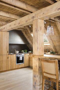 Coole Wohnungen Charming rustic cabin for winter getaways in the Pyrenees mountains Planting in rose Cozy Cottage, Cozy House, Small Wooden House, Cabin Kitchens, Cabin Homes, Cabins In The Woods, Rustic Interiors, Rustic Furniture, Cabin Furniture