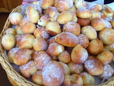 V naší rodině se této verzi svátečních koláčků říká tetiny nedostižné tvarohové koláčky. Vytvářejí se vykrajováním a k jejich oblibě přispívá fakt, že se po upečení namočí v rozpuštěném másle s trochou rumu. Czech Desserts, Sweet Desserts, Sweet Recipes, Baking Recipes, Snack Recipes, Dessert Recipes, Snacks, Czech Recipes, Sweet Cakes