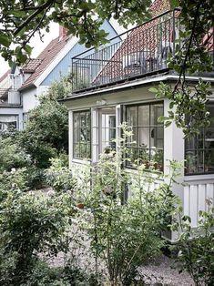 Vackra detaljer på tjugotalsbalkongen Fin New England Hus, Cottage Porch, Porch And Balcony, House Goals, Winter Garden, Architecture Details, My Dream Home, Future House, Beautiful Homes