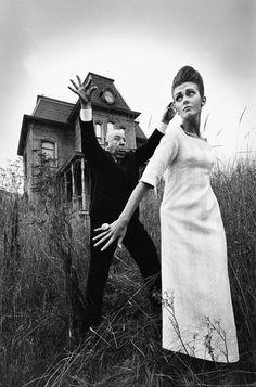 """Alfred Hitchcock em foto promocional para o filme """"Psicose"""". Foto: Jean Loup Sieff. Veja também: http://semioticas1.blogspot.com.br/2011/11/cahiers-du-cinema.html"""