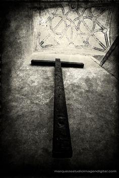 Cruz de madera en convento