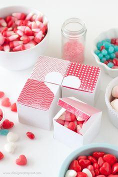 Cajitas para chucherías de San Valentin. Plantilla imprimible >> Printable Valentine Heart Treat Boxes by Design Eat Repeat Blog
