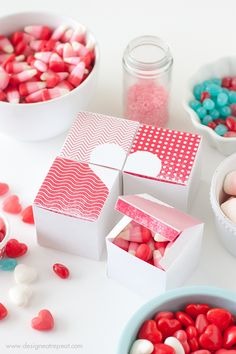 Cajitas para chucherías de San Valentin. Plantilla imprimible  Printable Valentine Heart Treat Boxes by Design Eat Repeat Blog