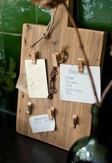 Vintage trencher - Memoboard - DIY | More DIY tips? http://www.designbygerjanne.nl/style/week-33-in-the-kitchen/S7 | Broodplank van sloophout - Memoboard