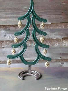DIY Horseshoes & Metal Art DECO Horseshoe-christmas-tree Toddlers Who Stutter Some parents have the Horseshoe Projects, Horseshoe Crafts, Horseshoe Art, Horseshoe Ideas, Welding Crafts, Welding Art, Welding Projects, Metal Welding, Welding Tools