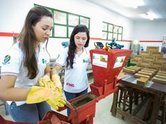 Olá a todos! Jovens alagoanas criam tijolo com cinzas do bagaço da cana-de-açúcar. Tijolo de solo cimento sustentável custa apenas R$ 0,05. Estudantes de Palmeira dos Índios foram premiadas até nos EUA. Samantha Mendonça, 19, e Taísa Tenório, 20, parabéns! Eu desejo que a  presidenta Dilma Rousseff receba essas duas jovens e adote os tijolos no programa Minha Casa Minha Vida do governo federal.  #Brasil #sustentabilidade #RBVconsultoria