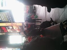 Modelka wśród przechodniów na Times Square