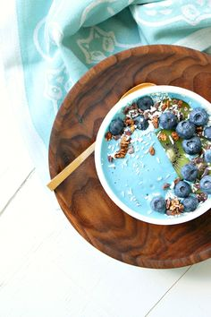 How to make a turquoise smoothie bowl without adding food coloring - the secret is Blue Majik powdered algae // Blue Majik recipes