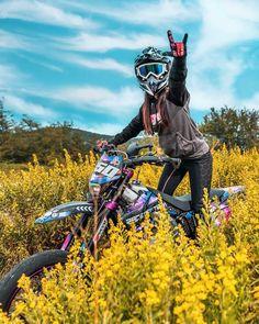 Dirt Bike Helmets, Dirt Bike Gear, Dirt Bike Racing, Dirt Biking, Racing Wheel, Auto Racing, Motocross Couple, Motocross Girls, Street Bikes