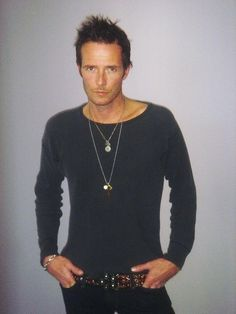 Scott Weiland American musician, singer and songwriter. During a career spanning three decades, Weiland was best known as the lead singer of the band Stone Temple Pilots. Scott Weiland, Eddie Vedder, Pearl Jam, Music Love, My Music, Rock Music, Kurt Cobain, Nirvana, Gorgeous Men