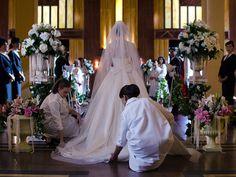 Ana y Luisa colocan la cola del vestido de novia de Cristina