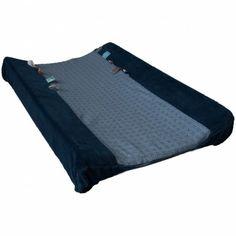 La Housse de matelas à langer bleue de la marque Snoozebabypermet de changer bébé sur une surface douce et agréable. Plus tard, il pourra jouer avec les petites étiquettes sur les côtés.