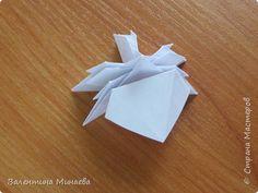 На авторство особо не претендую, возможно такие цветочки уже где-нибудь появлялись, не могу утверждать. Соединительные модули по сборке очень похожи на модуль кусудамы Каркасс Екатерины Лукашевой, только крепление осуществляется по-другому. Короче, такой вот гибрид из двух разных модулей.    Name: Blooming icosahedron - I  Designer: Valentina Minayeva Parts: 12 (pentagons) Paper: 6,4 x 6,4 х 6,4 х 6,4 х 6,4 Parts: 30 (squares) Paper: 6,4 х 6,4 Final height: ~ 10,0 cm without glue фото 26