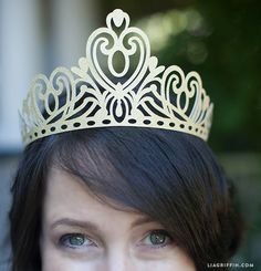 FREE SVG file for Cricut Machine: intricate paper Diy Princess tiara / crown! Crown Pattern, Crown Template, Paper Crowns, Diy Crown, Scan And Cut, Silhouette Portrait, Silhouette Cameo Projects, Tiaras And Crowns, Cricut Explore