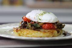 Papa Rosti con huevo poche y salteado de tomates - Receta Santiago Giorgini