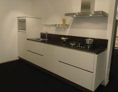 Showroomkeukens | Alle Showroomkeuken aanbiedingen uit Nederland keukens voor zeer lage keuken prijzen | Rechte greeploze witte keuken [53713]
