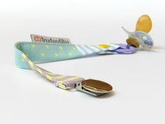 Portachupetes hechos con telas de algodón y clips sin níquel. Para que no pierdas más tus chupetes! Seguros y cómodos pueden ir a la boca sin problemas.