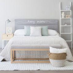 """Cabecero """"Happy"""" de estilo natural, formado por tres lamas de madera de abeto, realizado y pintado a mano, acabado a la cera natural. Disponible para cama de 90, 135, 150, 160 y 180."""