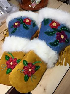 Indian Beadwork, Native American Beadwork, Native American Indians, Native Beading Patterns, Beadwork Designs, Beading Projects, Beading Ideas, South American Art, Beaded Moccasins