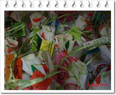 Heike von Textile Unikate schickte uns ihre ganz besondere Kreation.  Ein Säckchen-Kalender aus farbenfrohen Pilzstoff mit appliziertem KnollenNasenWichtel.  Auch sehr schön: Heike stiftet das wunderschöne Stück bedürftigen Kindern. Toll!    Mehr Details findet Ihr auch auf Heikes Blog.  http://byheike.blogspot.de/2012/11/adventskalender-mit-feine-billetterie.html