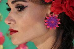 """Colares, maxi brinco, anéis, pulseiras e braceletes da coleção """"Viva la Frida"""". Acessórios de acrílico com referência da pintora mexicana Frida Kahlo. #acessórios #bijoux #bijuterias #colares #anéis #maxianeis #anel #flores #flor #folhas #maxibrinco #maxicolar #brinco #pequeno #base #acrílico #acessóriosacrílico #pulseiras #braceletes #pulseirismo"""