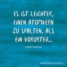 Etwas das wir alle bewusst oder unbewusst in uns tragen: Vorurteile.   Es ist leichter, einen Atomkern zu spalten, als ein Vorurteil. - Albert Einstein   #achtsamkeit #sprüche #zitate #albert #einstein