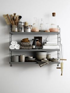 See more ideas about Shelves, Shelf inspiration and Interior. Bathroom Inspiration, Interior Inspiration, Style Inspiration, Interior Styling, Interior Decorating, Regal Bad, String Regal, String Shelf, Medicine Cabinet Organization