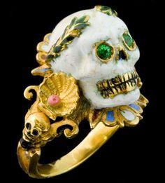 Memento mori ring by Codognato. Skull Jewelry, Gothic Jewelry, Jewelry Shop, Jewelry Art, Antique Jewelry, Jewelry Rings, Vintage Jewelry, Jewelry Accessories, Jewelry Design