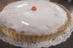 Elke banketbakker heeft wel een frangipanetaart in huis. Het is een echte klassieker. De kracht ligt in de eenvoud: een krokante taartbodem, een smeuïge amandelvulling, die zacht-zurige abrikozenconfituur, de eenvoudig glazuurlaag en dan vooral die kers op de taart.