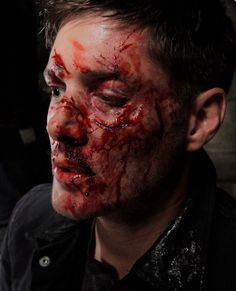 Jensen in makeup, Supernatural nobody should still be this beautiful with that much blood on their face. Sam Winchester, Familia Winchester, Winchester Brothers, Castiel, Supernatural Fan Art, Supernatural Jewelry, Jensen Ackles, Daneel Ackles, Smallville