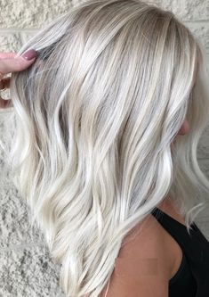 65 Gorgeous Ice Blonde Hair Color Trends for 2018 You may find here the modern looks of ice blonde hair colors and hairstyles to show off in year Ladies who are recently seeking for latest trends of blonde shades they are advised to visit this link t Ice Blonde Hair, Icy Blonde, Platinum Blonde Hair, Blonde Color, Blonde Balayage, Blonde Shades, Long Bob Blonde, Platinum Blonde Highlights, White Blonde