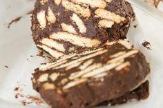 Ο Εύκολος κορμός σοκολάτας με μπισκότα μπορεί να σερβιριστεί με με παγωτό, με γλυκό του κουταλιού ή ακόμα και μόνο του γιατί είναι απολαυστικό γλύκισμα .