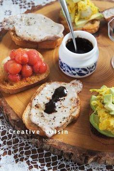作り方は、ペーストやトッピングする具材によって様々なんです。基本のルールは「スライスしたパンの上に具材をトッピング」というだけで、アレンジは自分次第♪ これは、バルサミコ酢を使って、スペイン風にアレンジしたレシピ。色合いもキレイで、優雅な朝食が楽しめますね。