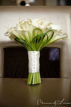 There's something so simple and gorgeous about a calla lily bouquet