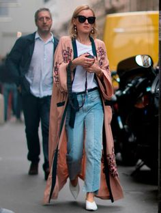 Este kimono es de H&M, cuesta 79,99 € y lo vimos moverse con este estilo en la Alta Costura de París.