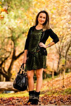 Look de outono com vestido de seda