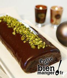 Bûche au chocolat et éclats de pistache