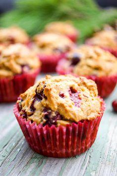Cranberry Muffins Rezept mit Dinkelmehl, Zimt, Ingwer, Vanille und Orangenschale gemacht. Komplett ohne raffiniertem Zucker sind sie ein perfektes Kurzfrühstück oder ein Nachmittagssnack.